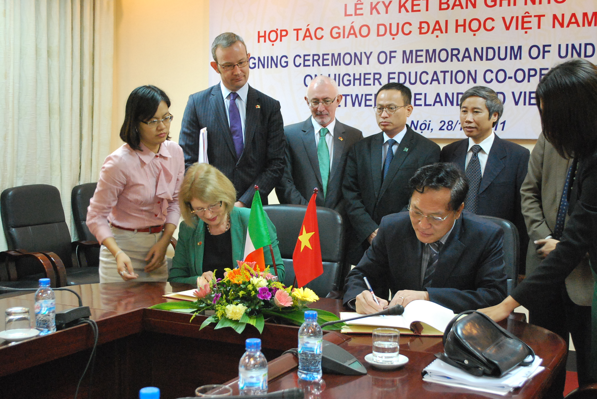 Ireland's Minister of State for Trade and Development Jan O'Sullivan and Vietnam's Minister of Education and Training Pham Vu Luan sign education MOU in Hanoi on Monday (Photo: Simon Roughneen)