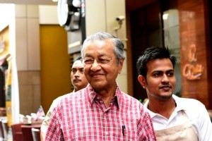Mahathir Mohamed poses with well-wishers at Pavilion mall in Kuala Lumpur on Aug. 31 2015 (Photo: Simon Roughneen)
