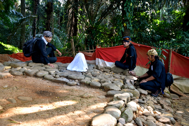 Activists at the grave of an ancient Sundanese king, which will be underwater once the Jatigede dam reservoir is flooded (Photo: Simon Roughneen)