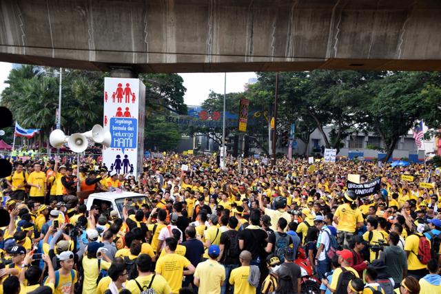 Crowd at edge of Malaysia's Merdeka Sq. on Aug 29 (Photo: Simon Roughneen)