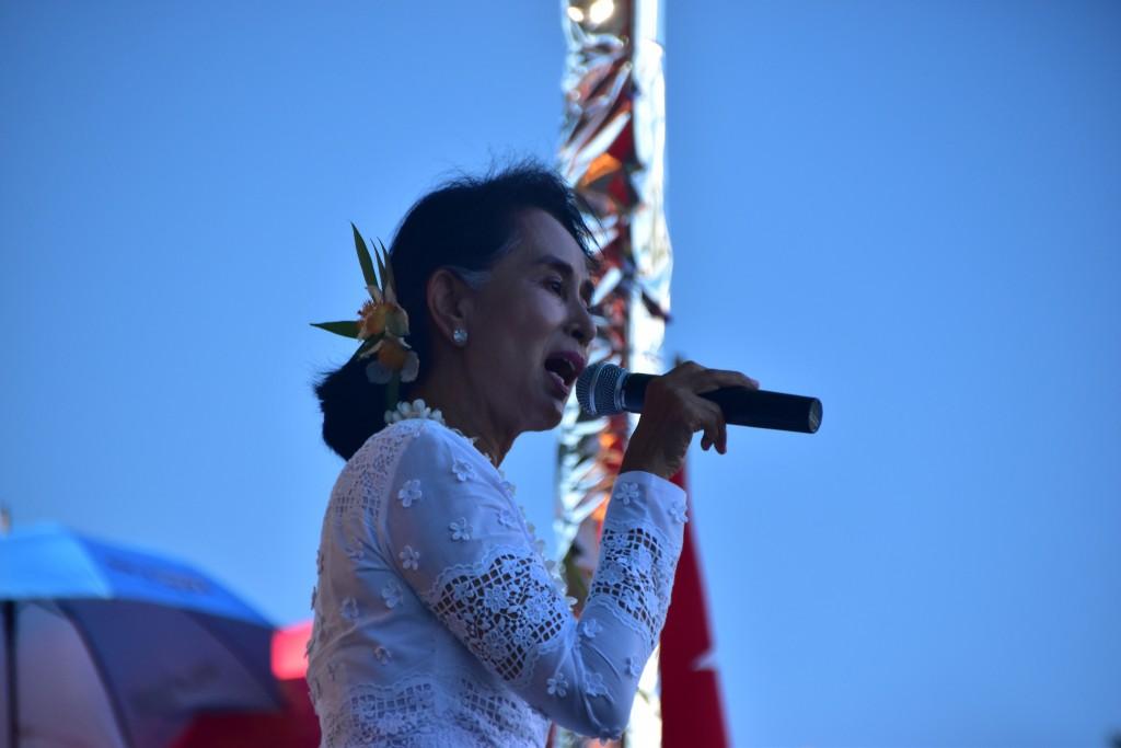 Aung San Suu Kyi speaks in Taunggup on Oct. 16 2015 (Photo: SImon Roughneen)
