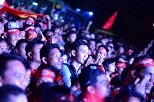 NLD supporters look on as election results are displayed on LCD screen at party headquarters on Nov 9. (Photo by Simon Roughneen)