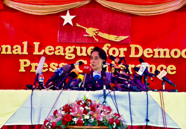 Aung San Suu Kyi speaks to media at Yangon villa in Nov. 5 2015 (Photo: Simon Roughneen)