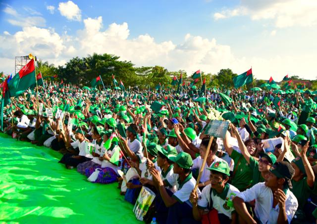 Crowd gathers at near Yangon's Thuwanna pagoda for the final USDP election campaign rally on Nov. 6 (Photo: Simon Roughneen)