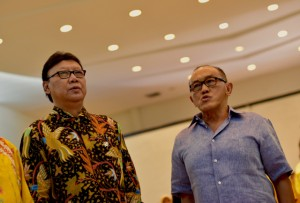 Home Affairs Minister Tjahjo Kumolo  and Golkar leader Aburizal Bakrie singing Indonesia's  national anthem at Golkar party headquarters on Dec. 3 2015 (Photo: Simon  Roughneen