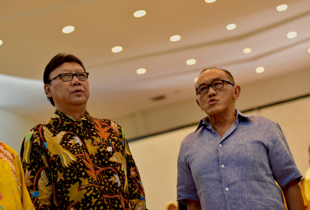 Home Affairs Minister Tjahjo Kumolo  and Golkar leader Aburizal Bakrie singing Indonesia's  national anthem at Golkar party hq on Dec. 3 (Photo: Simon  Roughneen