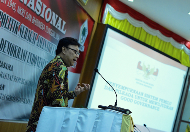 Indonesian Home Affairs Minister Tjahjo  Kumolo discussing local elections preparation in Jakarta on  Dec. 3 (Photo: Simon Roughneen)