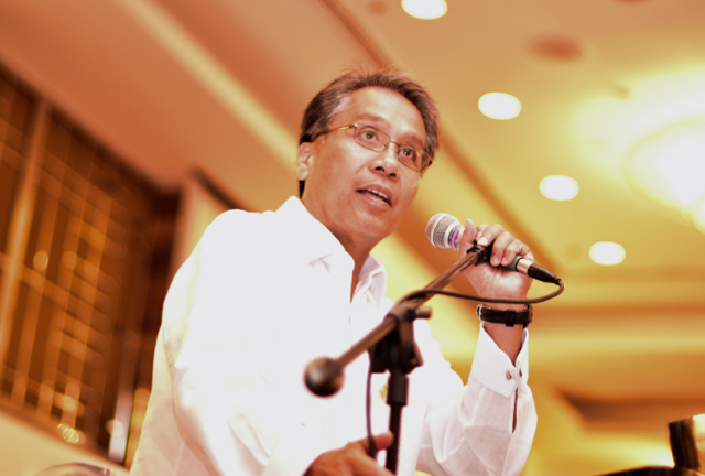 Mar Roxas speaking to a group of Chinese-Fiilpino businesspeople on March 17 (Photo: Simon Roughneen)