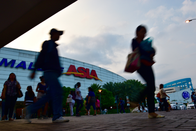Shoppers head for home outside Manila's SM Mall of Asia (Photo: Simon Roughneen)