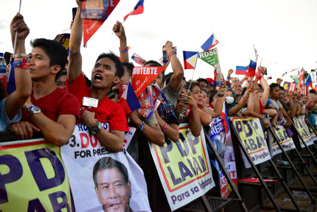 Crowd cheers at pro-Duterte election rally in Manila on May 7 (Photo: Simon Roughneen)