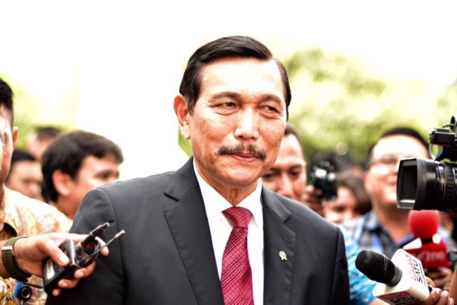 Luhut Panjaitan, Indonesia's newly appointed maritime affairs oversight minister, is accosted by press covering the inauguration of new ministers in Jakarta on July 27 (Photo: Simon Roughneen)