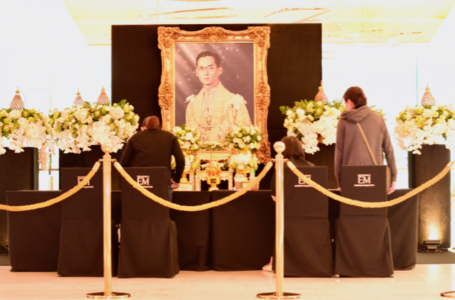 People signing a book of condolences to the late King Bhumibol Adulyadej in a Bangkok mall on Oct. 17 (Photo: Simon Roughneen)