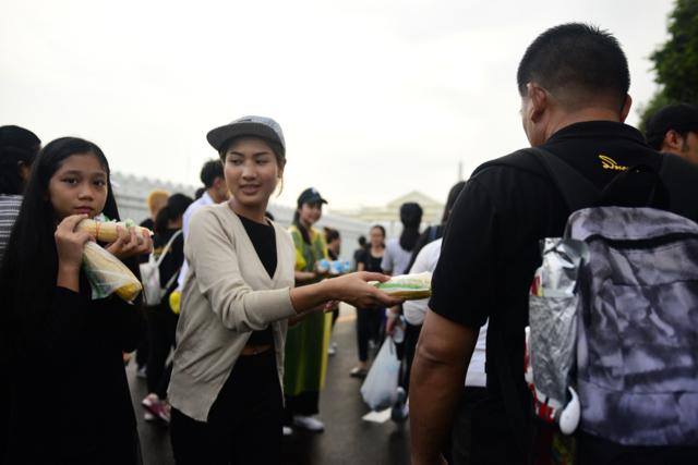 Volunteers distributing snacks and water to Thais mourning the late King Bhumibol Adulyedej outside Bangkok's Grand Palace on Oct. 16 (Photo: Simon Roughneen)