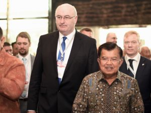 EU Commissioner Phil Hogan and Indonesian Vice-President Jusuf Kalla at an EU-Indonesia business conference in Jakarta on Nov. 8  2016 (Photo: Simon Roughneen)