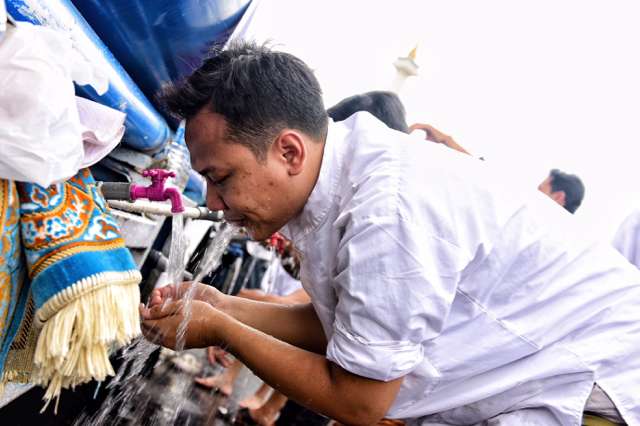 Protestor performing wudhu, the Islamic pre-prayer washing ritual, during a mass demonstration against Jakarta's Christian governor on Dec. 2 2016 (Photo: Simon Roughneen)
