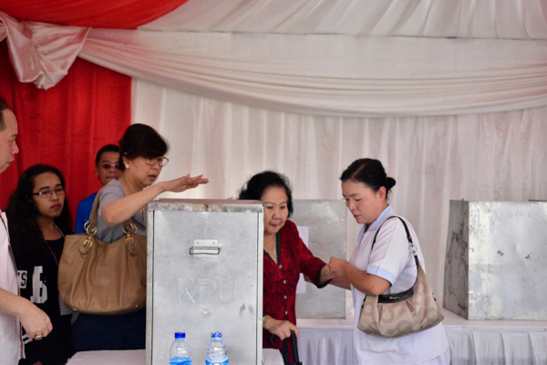 Voting taking place in Pluit, North Jakarta, during Jakarta's April 19 gubernatorial election run-off (Simon Roughneen)