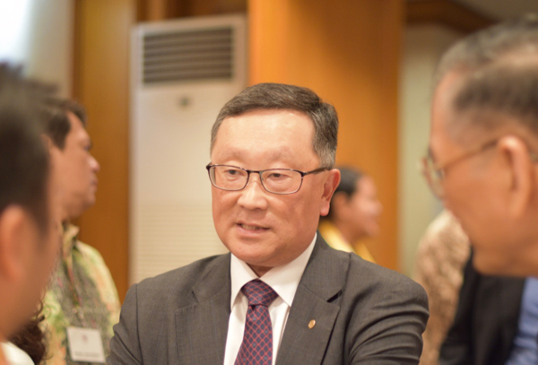 BlackBerry CEO John Chen meeting guests at an Aug. 9 event in Jakarta hosted by the Indonesian Canadian Chamber of Commerce and American Chamber of Commerce in Indonesia (Simon Roughneen)