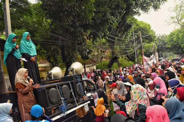 Addressing the crowd of Indonesian women protesting outside the Myanmar embassy in Jakarta on Sept 4 2017 (Simon Roughneen)