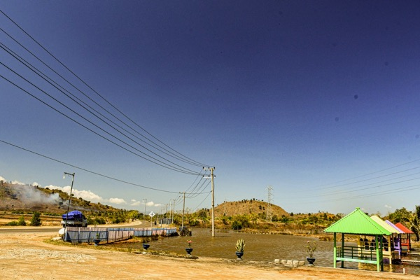Powerlines along the main Sumbawa highway (Simon Roughneen)